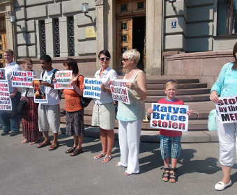 Пикет в поддержку Лайлы Брице у посольства Великобритании в Латвии